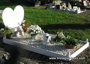 Le cimetière était très fleuri (c\u0027est l\u0027époque). Les tombes des  particuliers \u2026 mais aussi les tombes des soldats  sur chacune d\u0027elle avait  été déposée une