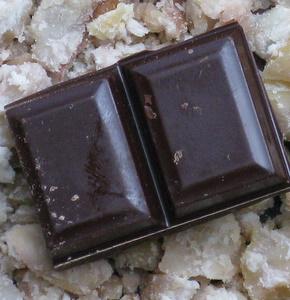 chocolat noir sur lit de châtaignes