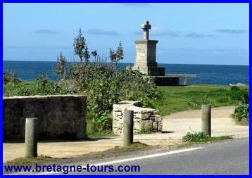 Croix commémorative de 1944 sur le sentier des douaniers du Pouliguen à Batz sur Mer