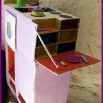 Activités manuelles à faire avec des enfants : une cuisinière tout en un en carton recyclé