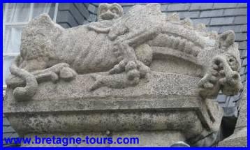 Dragon de l'île de Batz sculpté sur une des maisons roscovites