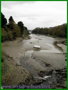 Estuaire sans eau dans la vallée de la Rance