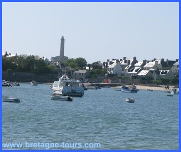 Le port et le phare de l'île