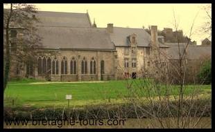 réfectoire de Léhon et ses grandes baies gothiques