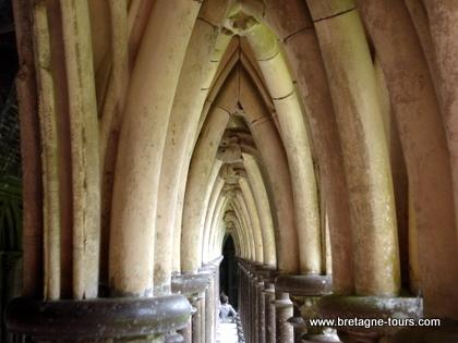 Les 220 colonnettes du cloitre du Mont Saint Michel