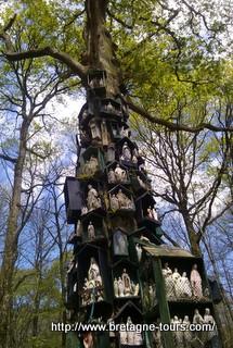 Les statues de la Vierge sur le chêne