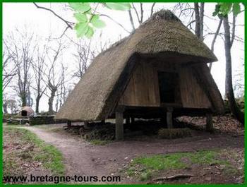 Maison sur pilotis reconstitution d'un habitat du Moyen Age