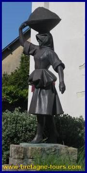 Statue d'une paludière devant le musée des marais salants de Batz sur Mer