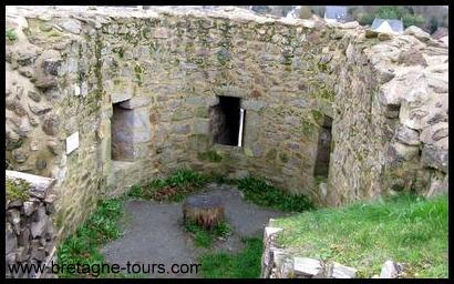 Tour en fer à cheval du château de Léhon
