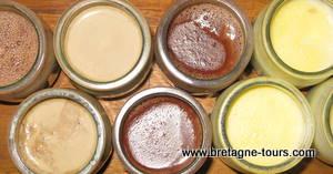 Desserts lactés au chocolat, à la vanille et au café